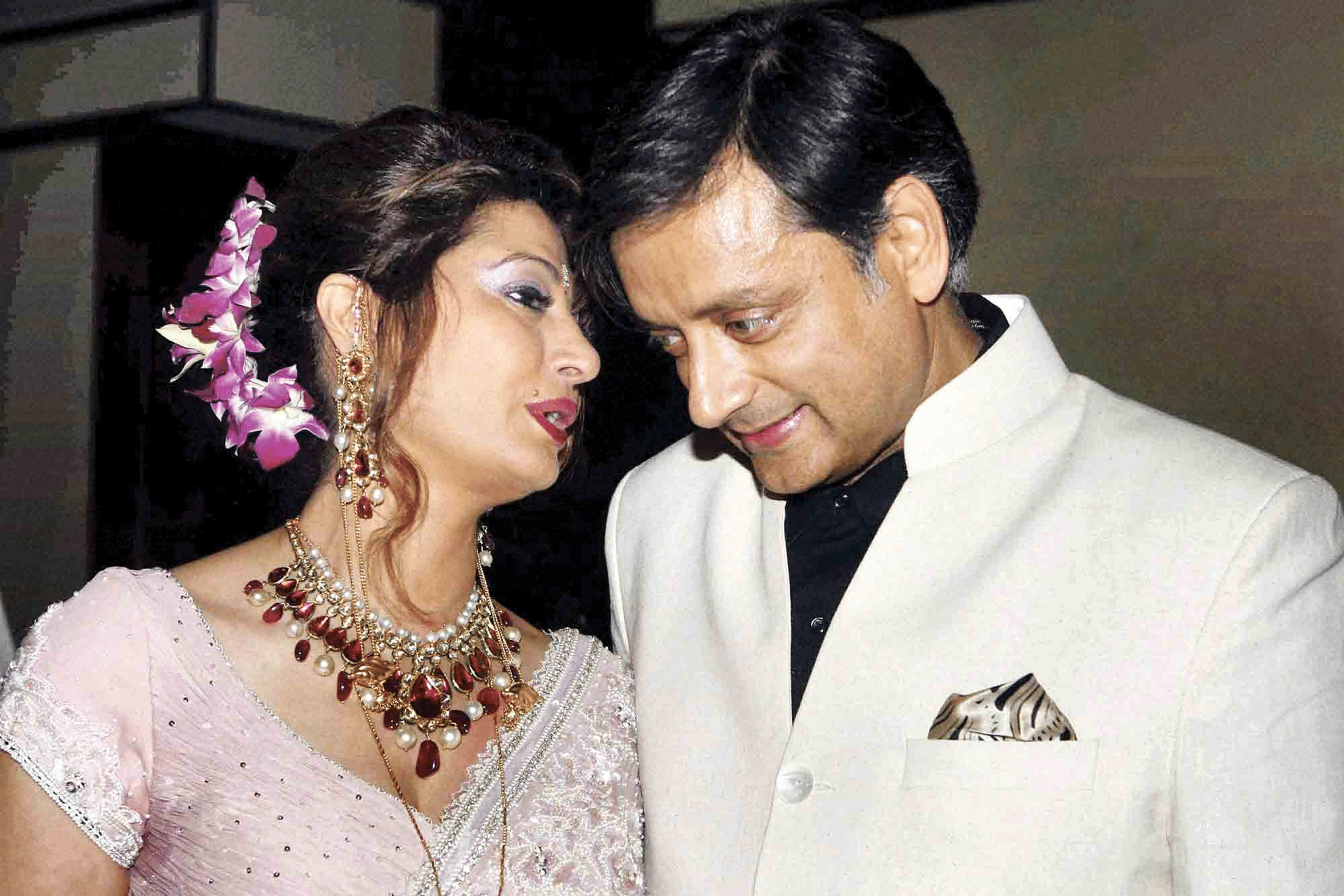 Shashi-Tharoor-and-Sunanda-.png