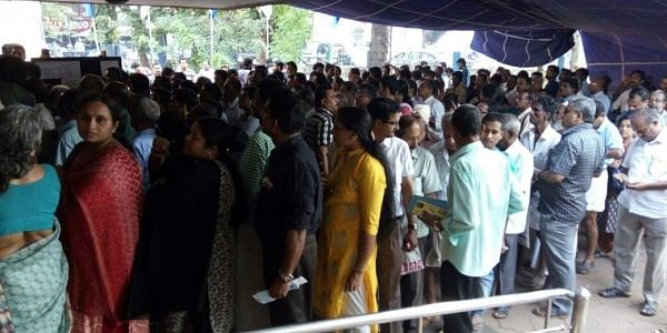 People throng a bank in Kozhikode. ( File photo   EPS)