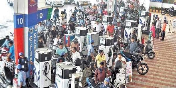Motorists in Vizag throng petrol pumps after the announcement of ban on currency notes. (File Photo | EPS)