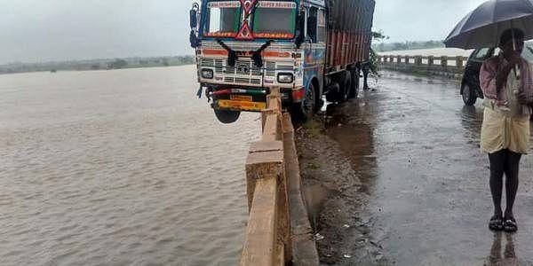 medak-rain-lorry-eps
