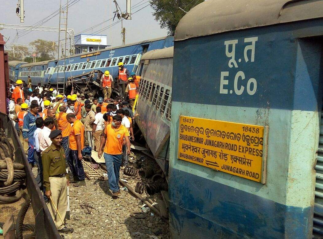 At least 13 killed, some 100 injured as train derails in India