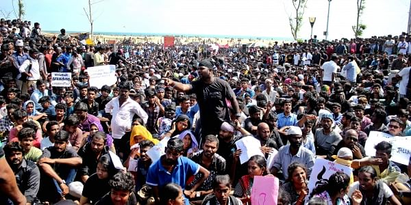 People protest to end SC ban on Jallikattu.| EPS