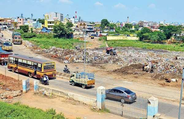 Garbage choking outlet of the Puzhal lake poses could increase chances of flooding in the water body | D SAMPATHKUMAR