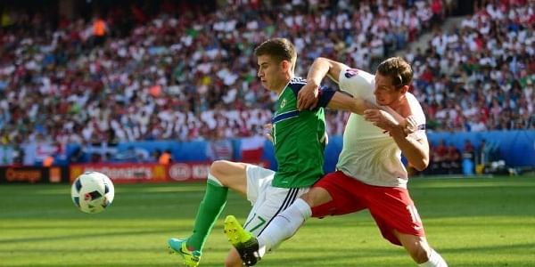 Northern Ireland's defender Paddy McNair (L) is marked by Poland's midfielder Grzegorz Krychowiak during the Euro 2016 group C football match between Poland and Northern Ireland.|AFP