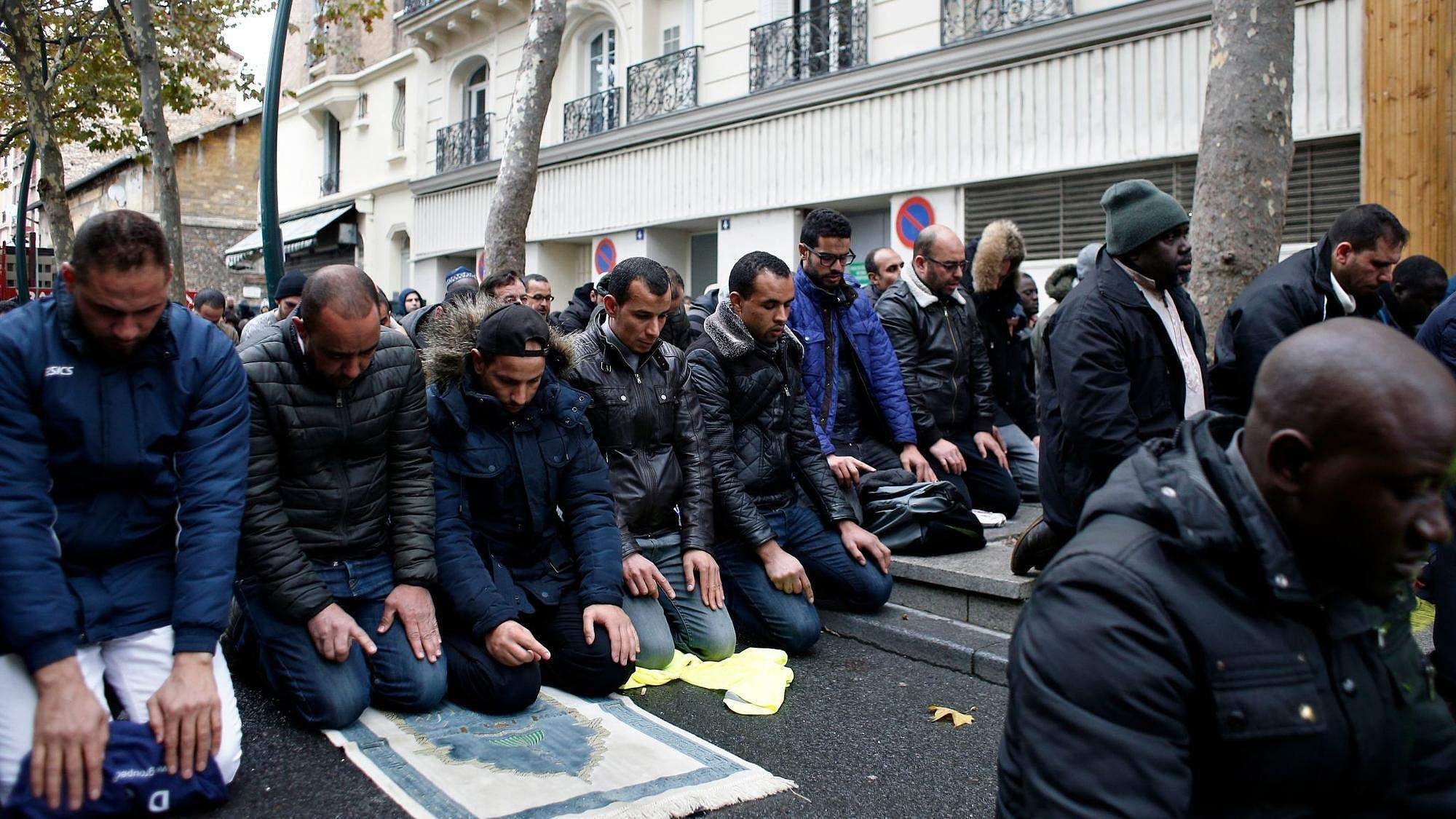 france to 39 prevent 39 muslim street prayers in paris suburb the new indian express. Black Bedroom Furniture Sets. Home Design Ideas