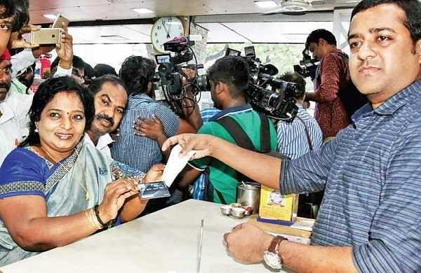 TN BJP chief Tamilisai Soundararajan with the bill after having breakfast at a hotel   Express