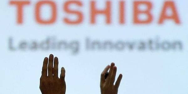 Reporters raise their hands for a question during a news conference by Toshiba Corp CEO Satoshi Tsunakawa (Photo | Reuters)
