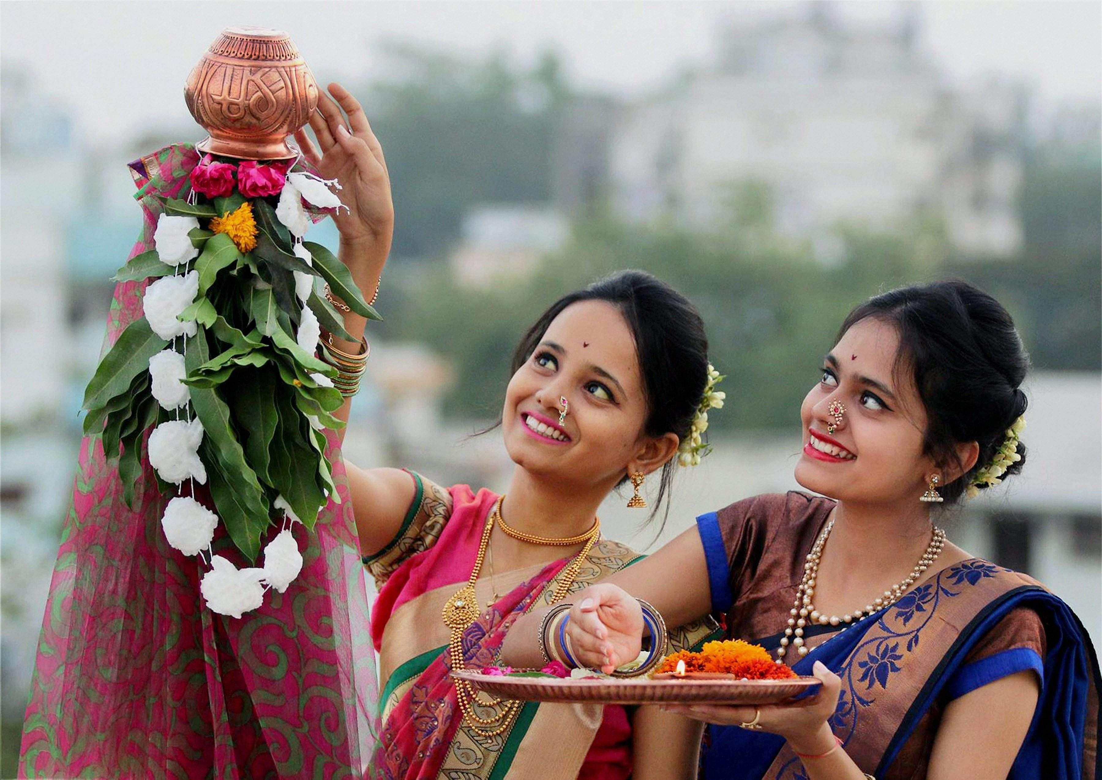 """Гуди Падва (Gudi Padwa) - приход весны. Это новый год для жителей Гоа и Махараштры. """"Гуди"""" - украшенный столб с надетым на него медным или серебряным сосудом"""