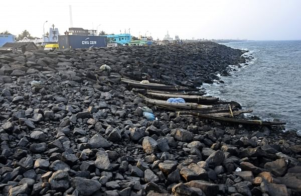 A good amount of oil slick is trapped between groynes and sedimentary rocks in Ernavoor Kuppam and surrounding areas. | Express Photo Service
