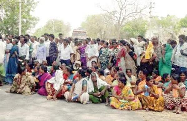 MGNREGA workers staging a rasta roko at Epuru in Guntur district on Friday demanding payment of wages   Express