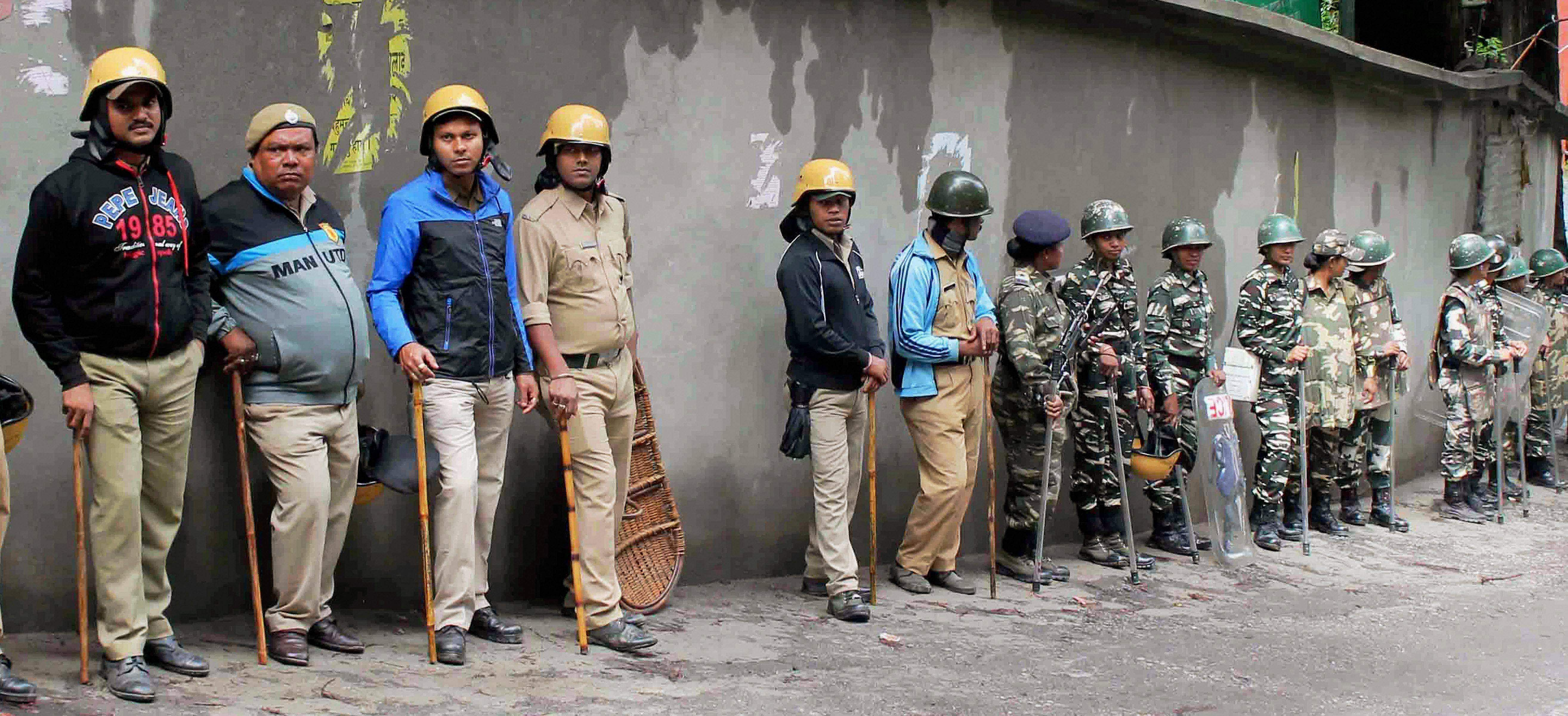 Will agitate against mamata banerjee for attacking our workers bjp the indian express - Security Personnel Stand Guard During A Strike Called By Gorkha Janmukti Morcha In Darjeeling Hills On Monday Pti