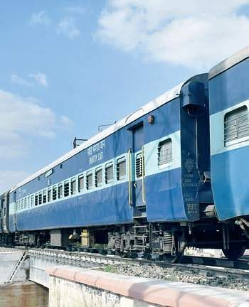 Four passengers on board a Passenger train have been targeted this week | pic for representational purpose & Using sticks miscreants snatch phones of passengers standing near ...