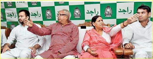 Lalu family worships Lord Shiva; Tejaswi brushes aside calls for his resignation