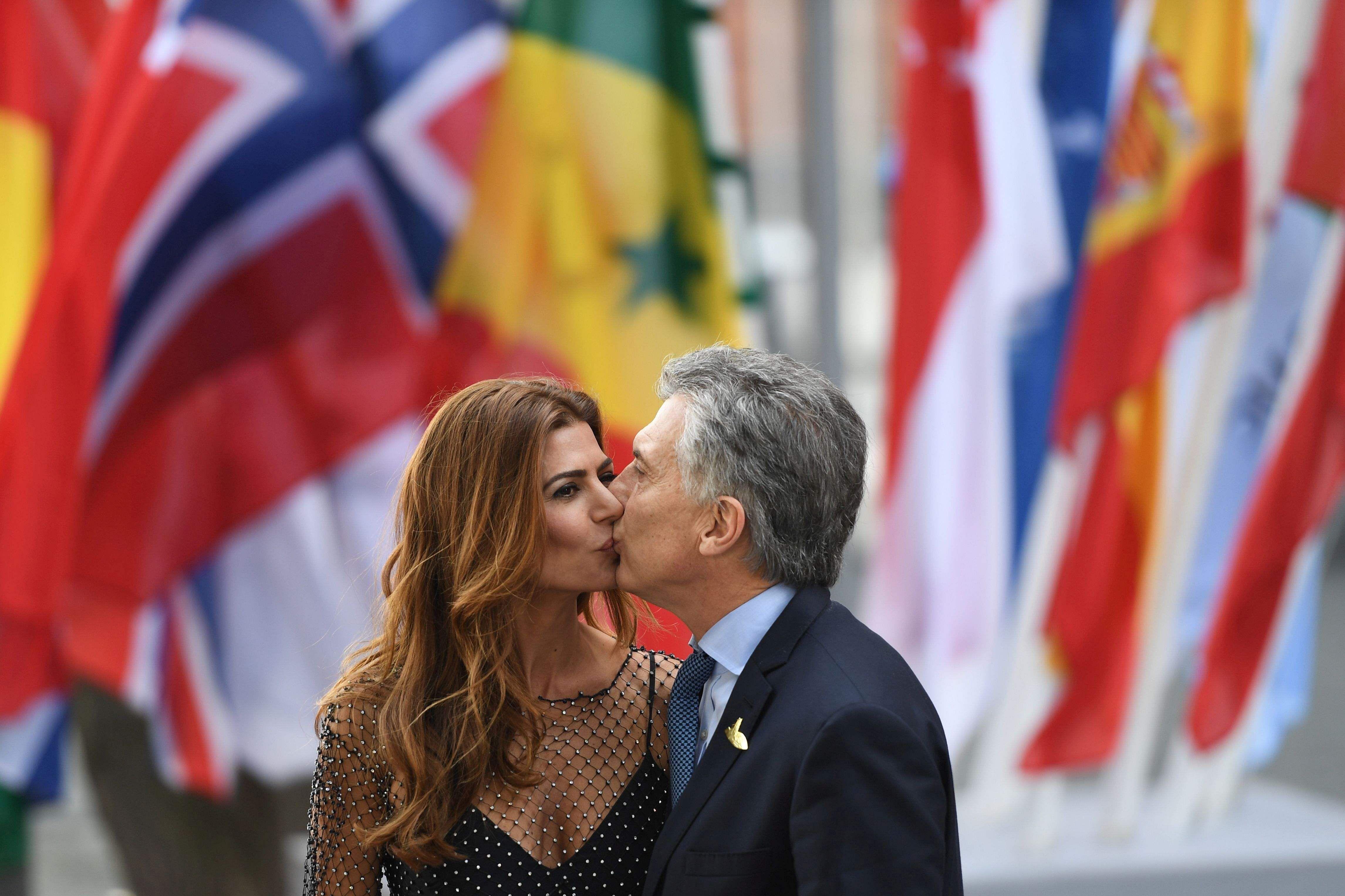 Картинки по запросу president kiss with wife