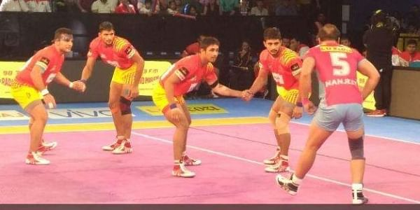 Gujarat Fortunegiants and Jaipur Pink Panthers in action during their clash on Sunday. | Twitter: @JaipurPanthers
