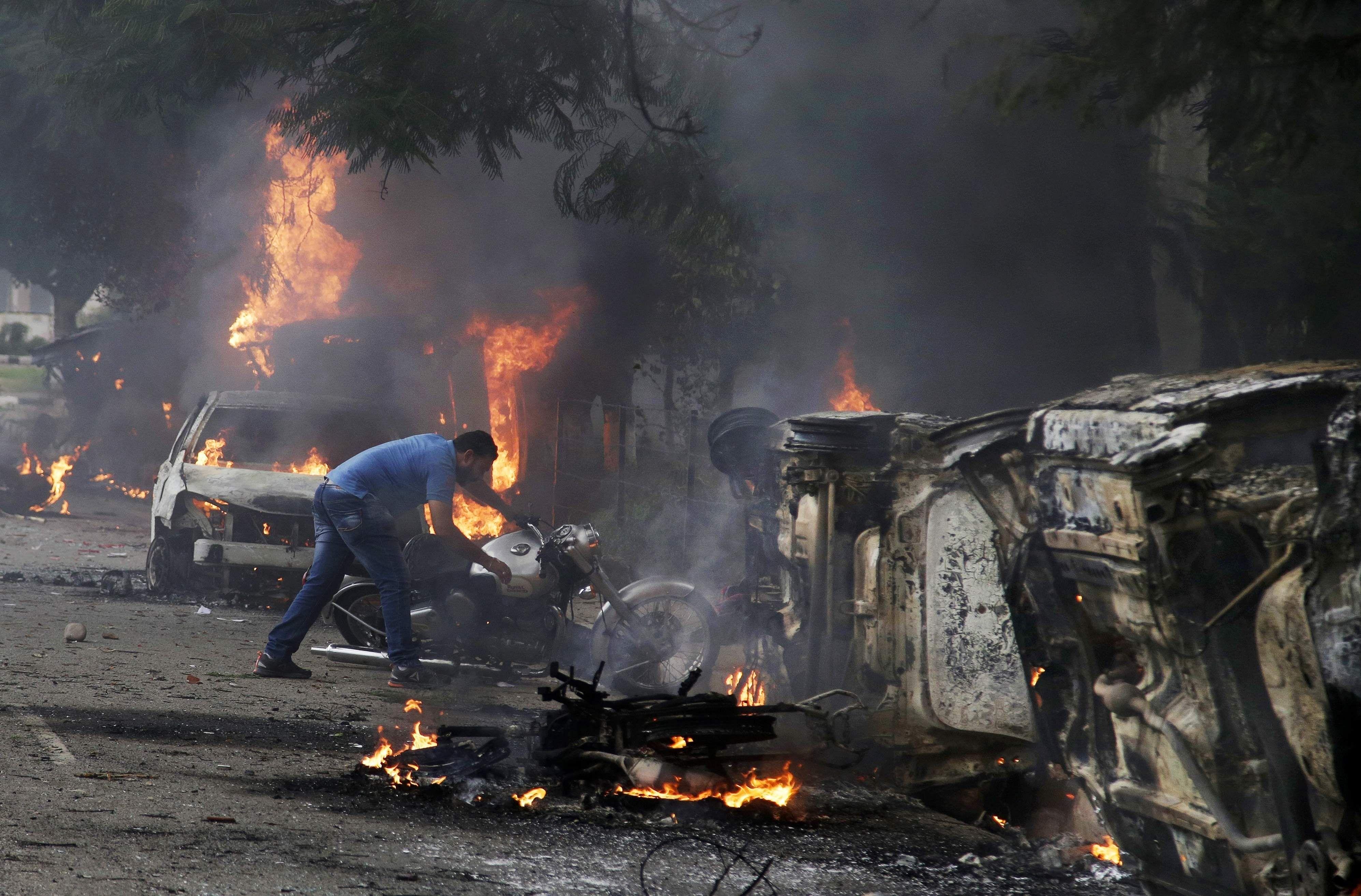 राम रहीम दोषी: कोर्ट के फैसले के बाद पंचकूला में हिंसा, 30 की मौत