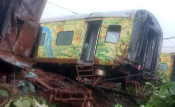 Five coaches, engine of Nagpur-Mumbai Duronto Express derail, injuries reported