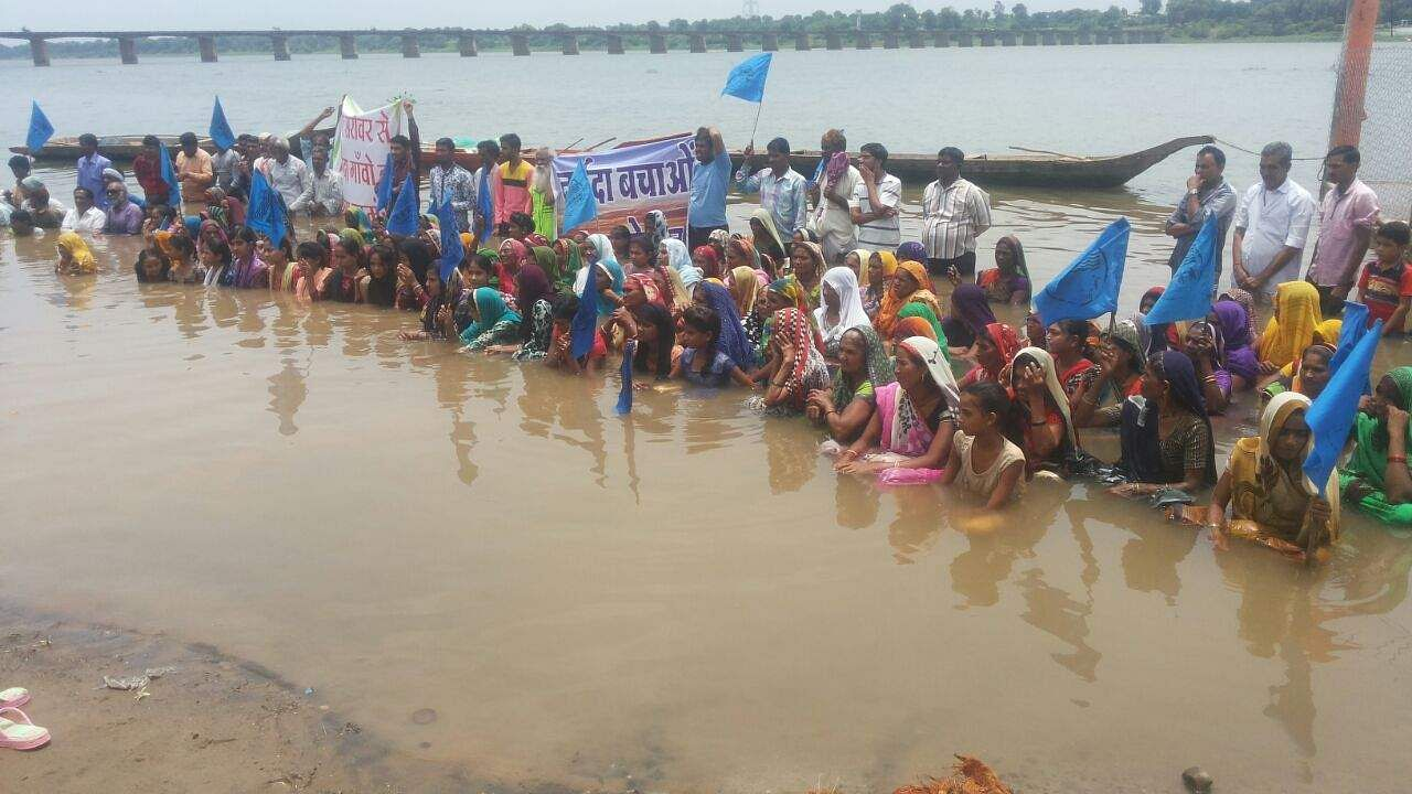 Patkar protests for Narmada families on Modi's inauguration eve