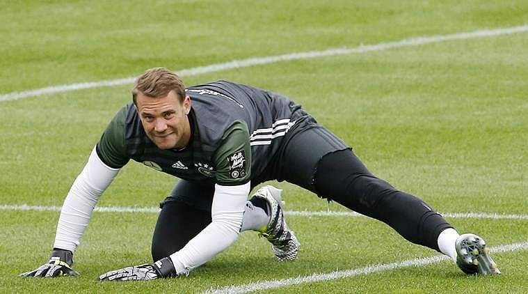 Bayern Munich goalkeeper Manuel Neuer 'breaks foot in training'