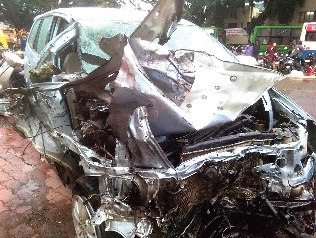 Bengaluru teens racing in dads' cars crash, boy dies