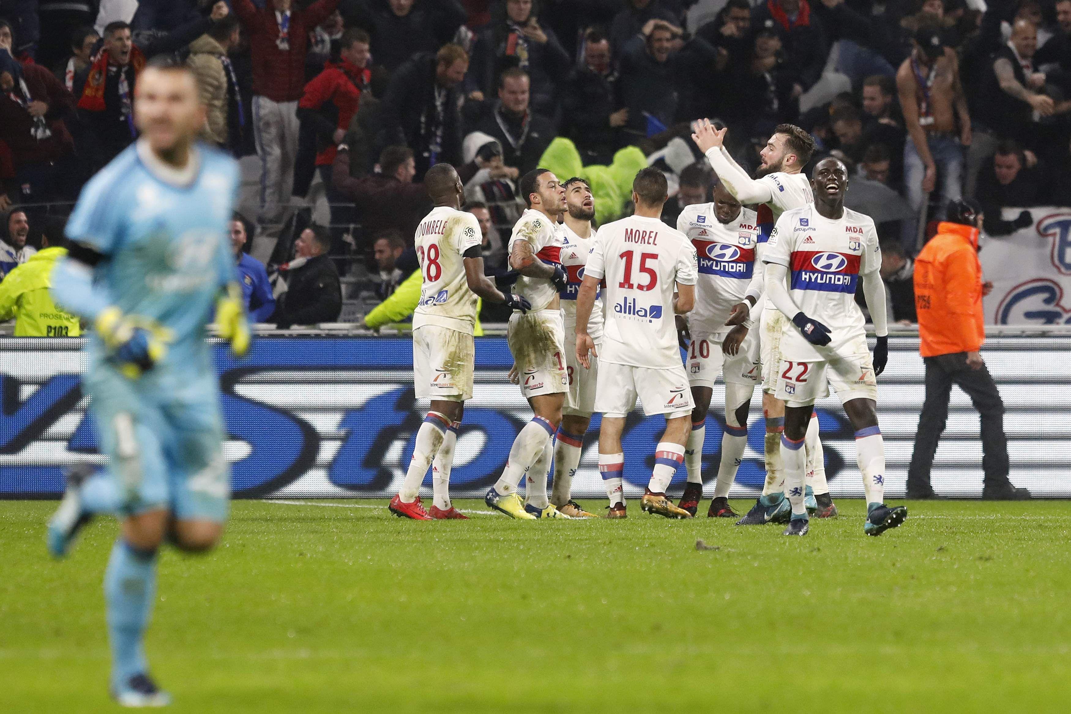 Memphis Depay stunner downs PSG