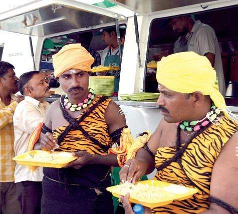 Karnataka CM launches mobile Indira canteens in Bengaluru