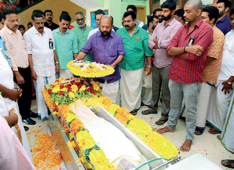 Ottan Thullal artiste Kalamandalam Geethanadan dies on stage