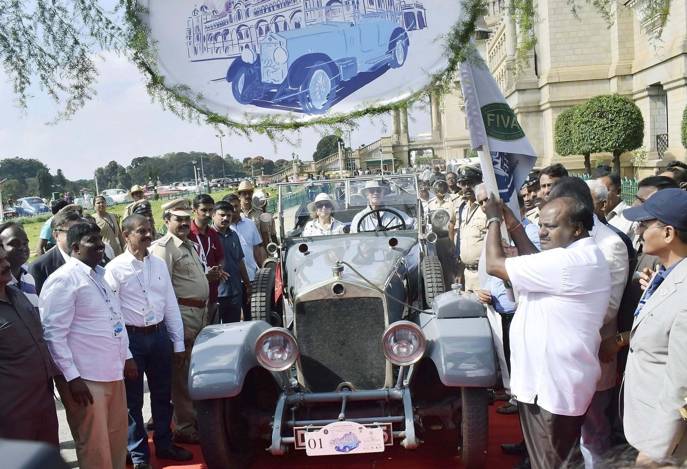 Karnataka Chief Minister HD Kumaraswamy flagged off the rally in front of Vidhana Soudha in Bengaluru. (Photo | Udayashankar S/EPS)