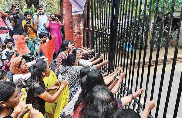 Members of women students' collective Pinjra Tod protest over their demands for secure, affordable and non-discriminatory hostels  in DU. | Naveen Kumar