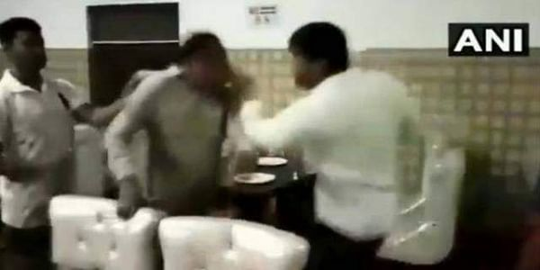 JP Councillor Manish thrashes a Sub-Inspector who came to his hotel with a lady lawyer and got into an argument with a waiter. (Photo | ANI)