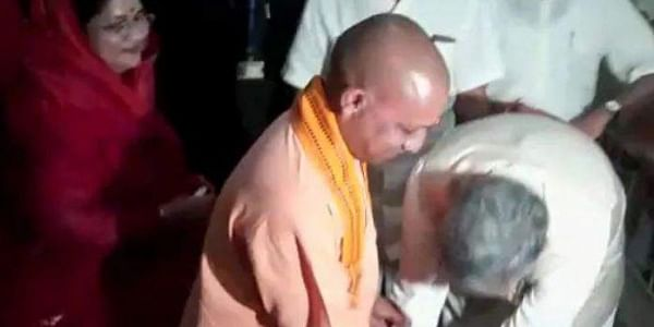 Uttar Pradesh CM Yogi Adityanath (L) and his Chhattisgarhcounterpart Raman Singh. (Photo | Video Screengrab)