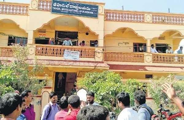 SCT SIs, PCs throng at Qutbullahpur tehsildar office seeking caste certificates