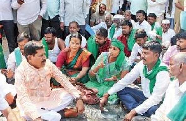 Farmer leader Mahadev Madiwal addressing protesters