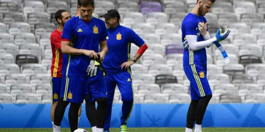 bff96b1bf5b Spanish goalkeepers Iker Casillas (L) and David de Gea (File photo