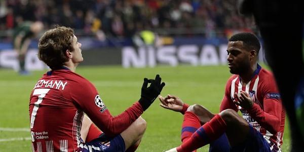 Antoine Griezmann (L) celebrates with his teammate Thomas Lemar
