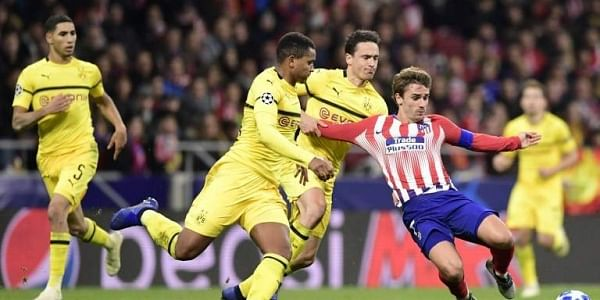 Atletico Madrid's French forward Antoine Griezmann (R) vies with Borussia Dortmund's Danish midfielder Thomas Delaney (2R) and Borussia Dortmund's Swiss defender Manuel Akanji during the UEFA Champions League group A football match between Club Atletico d