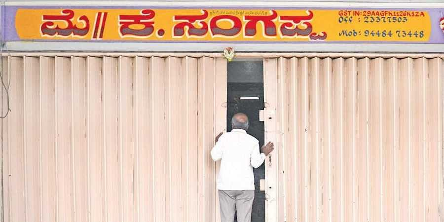 Bengaluru APMC vendors on strike against online grocery