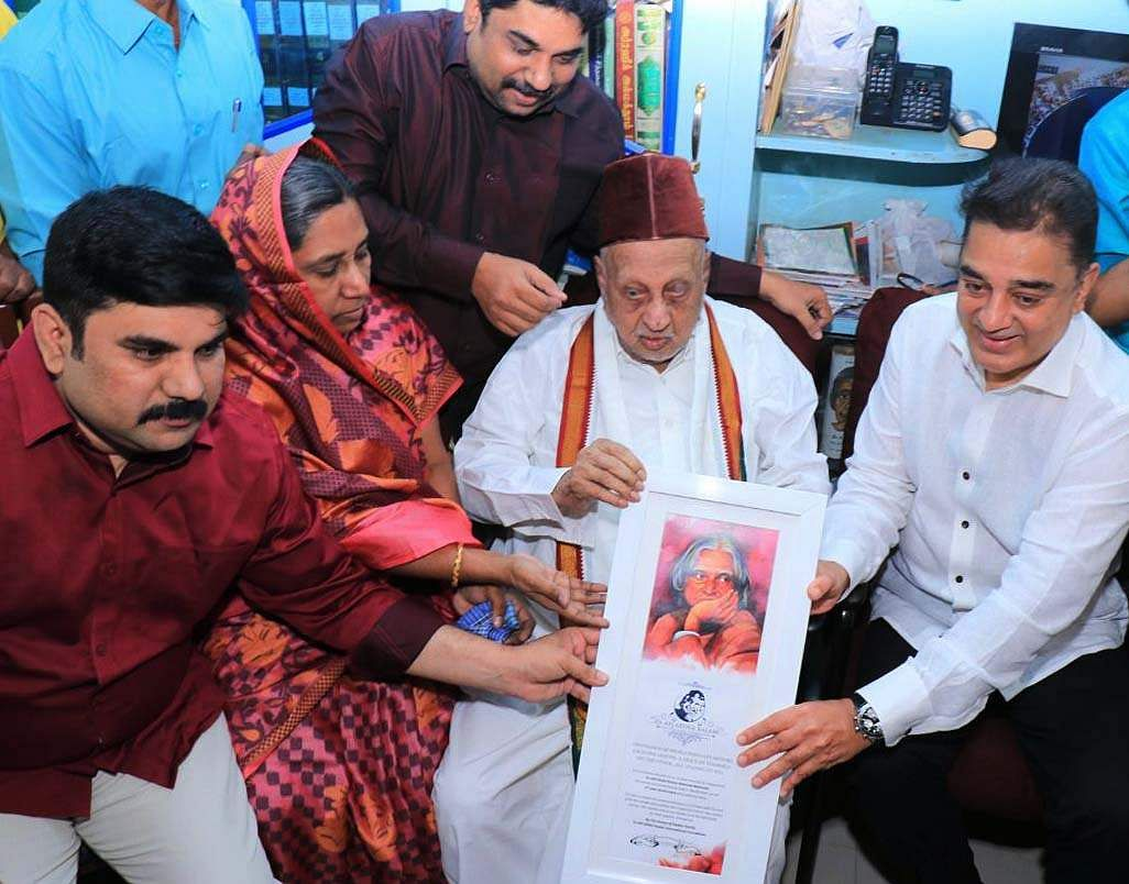 Kamal interacted with Kalam's relatives and sought the blessings of Kalam's 101-year-old elder brother, Mohammed Muthumeera Lebbai Maraikkayar. (EPS | Ponmalar)