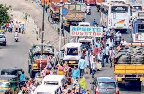 Traffic jam near Krishna Varadhi as YS Jaganmohan Reddy makes his entry into Vijayawada (File | EPS)