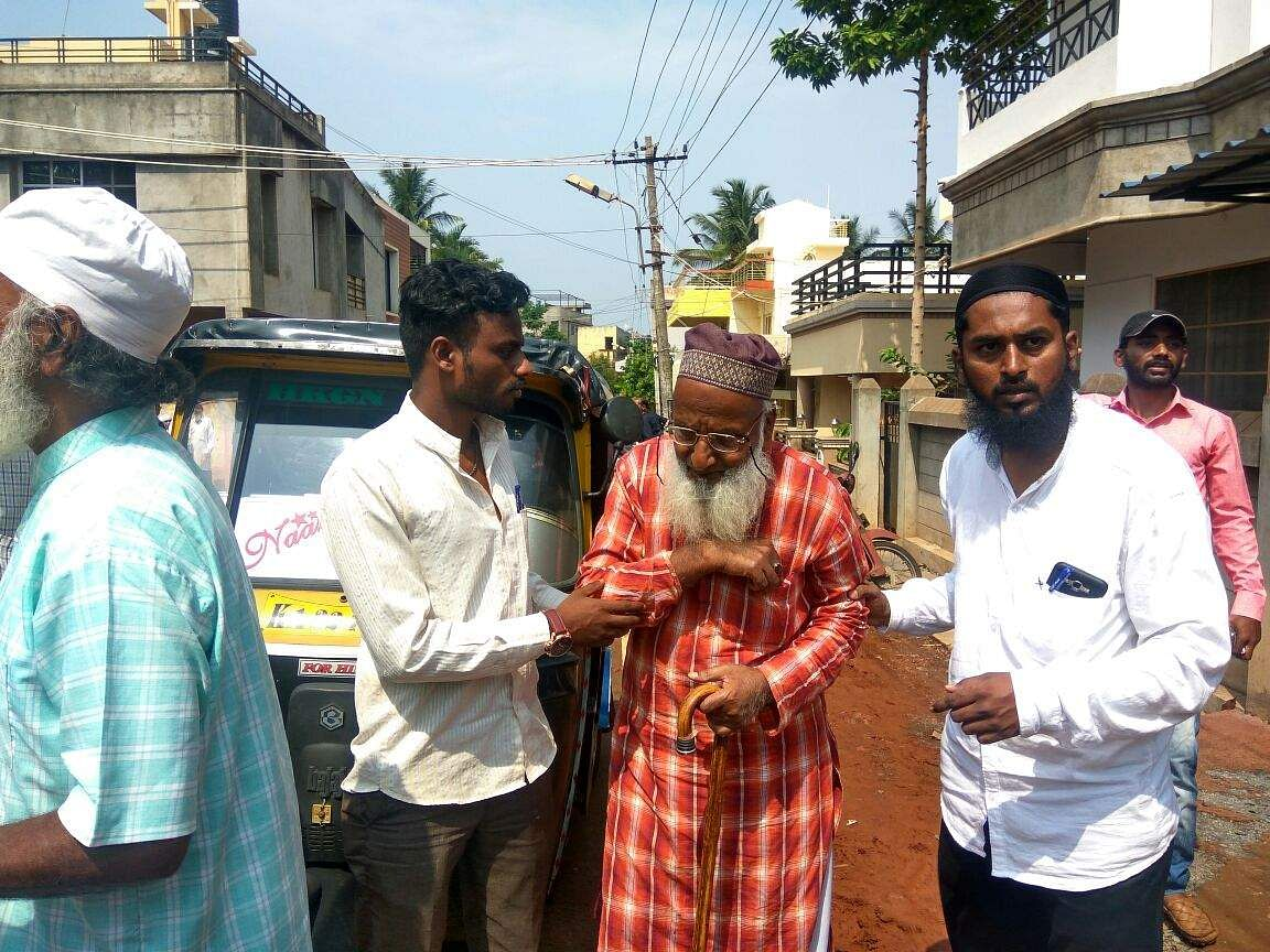 Karnataka polls 2018, Shaikh_Ahmed_Mankari,_100-year-old_at_Ajam_Nagar_booth_number_24_for_voting