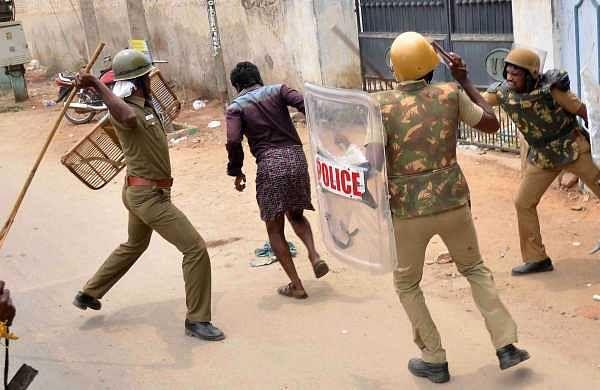 Thoothukudi police chase a protester. (Express Photo | Karthik Alagu)