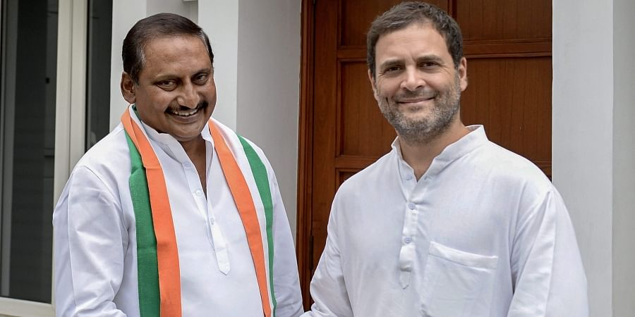 Congress President Rahul Gandhi welcomes former chief minister of united Andhra Pradesh N Kiran Kumar Reddy as he re-joins the party in New Delhi. (Photo | PTI)
