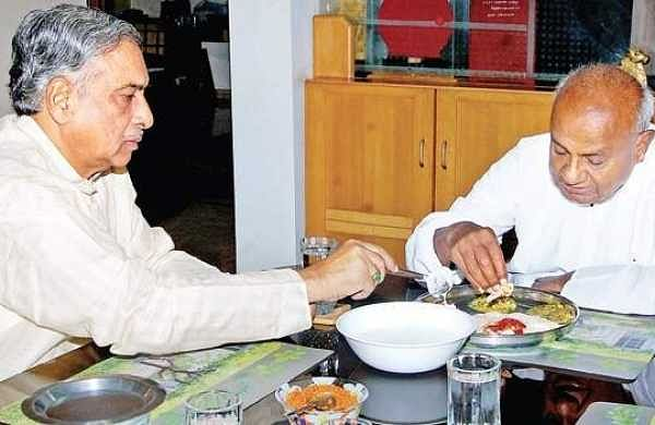 H D Deve Gowda having breakfast at Basavaraj Horatti's house in Hubballi