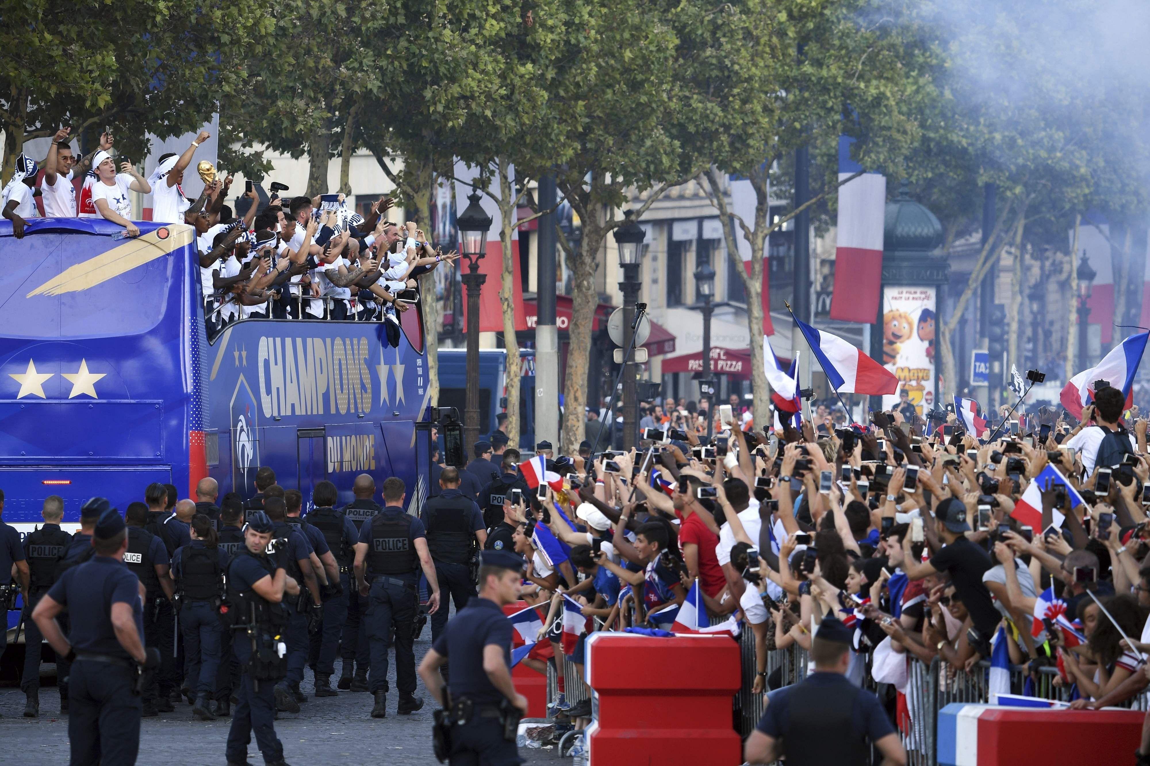 ФОТО: Францын шигшээ баг эх орондоо ирлээ french coming back home fifA зурган илэрцүүд