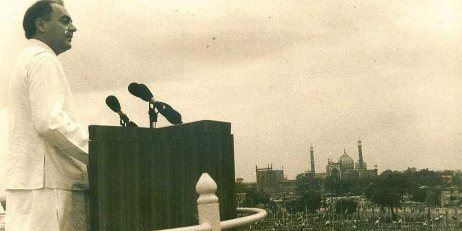 15/08/1989 - NEW DELHI : Former Prime Minister Rajiv Gandhi addressing the nation from the ramparts of Red Fort on the 42nd anniversary of Independence - Express Photo]