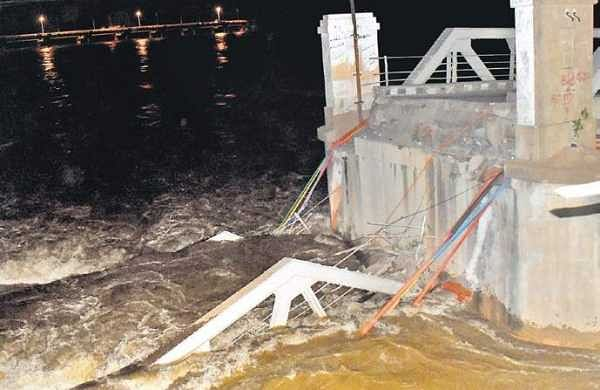 A portion of the Old Steel Bridge in Kollidam getting submerged in the strong current in Tiruchy during the wee hours of Sunday | S Arun
