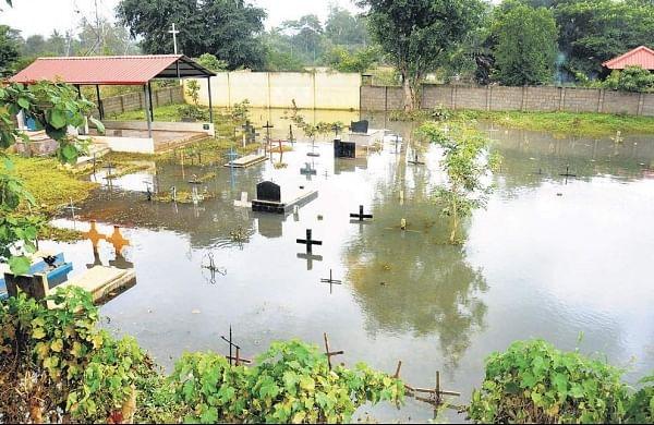 A flooded cemetery following heavy rains in Koppa of Kushalnagar. | (Udayshankar S | EPS)