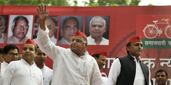 Samajwadi Party founder Mulayam Singh Yadav with SP President Akhilesh Yadav during a public rally at Jantar-Mantar in New Delhi Sunday Sept 23 2018. | PTI