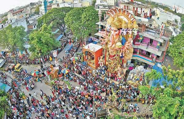 People throng in huge numbers to have a last darshan of khairatabad Ganesh as the idol will be immersed on Sunday morning. The procession starts at 7 am Sunday  | Vinay madapu