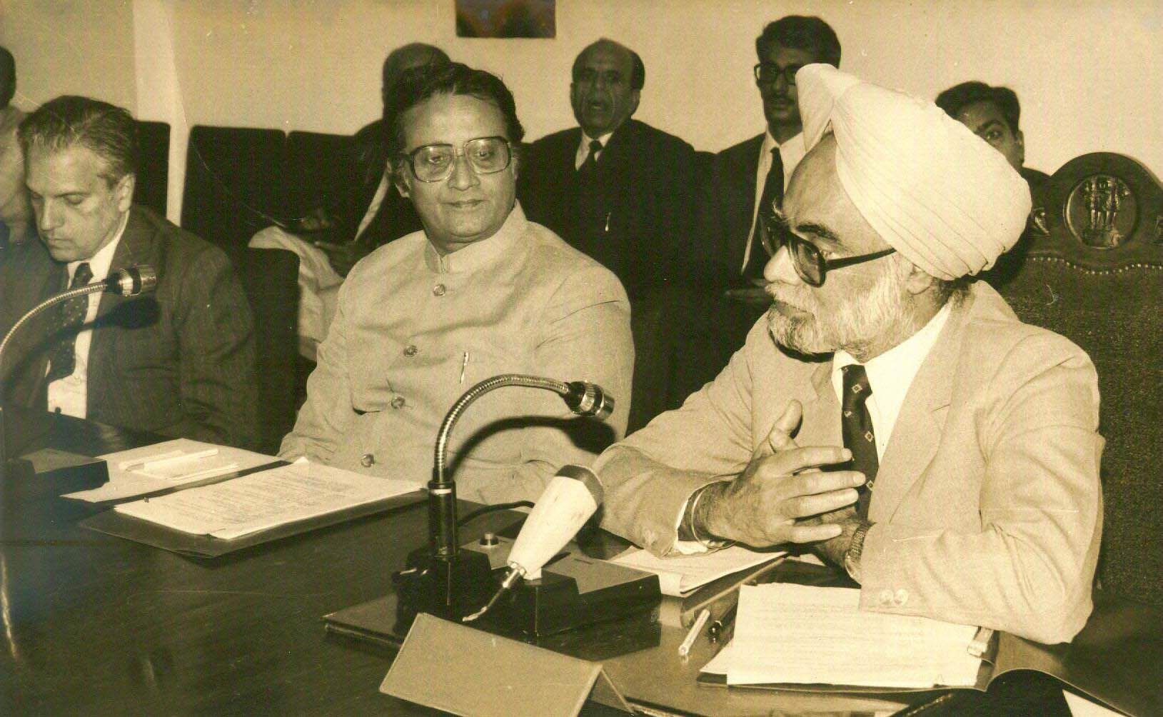 Manmohan Singh, Deputy Chairman of the Planning Commission of India inaugurating the 3rd Yojana Editors' Conference in New Delhi. The Minister of Information and Broadcasting, Shri Ajit Panja is also seen. (Photo | File/EPS)